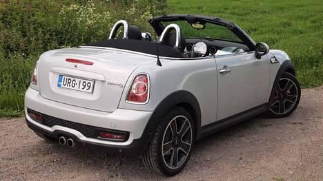 Kuuma kesä ja mahdollisesti pankkitilille kertyneet rahat saavat nyt monet unelmoimaan avoautoista. Kuvassa Mini Roadster.