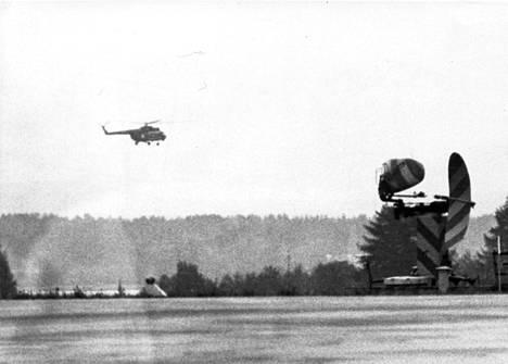 Ilmavoimien keskiraskas helikopteri nousi Juurusselän ylle etsintöihin heti aamun valjettua 4.10.1978.