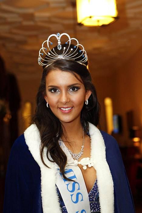 Sara kruunattiin Miss Suomeksi vuonna 2012.