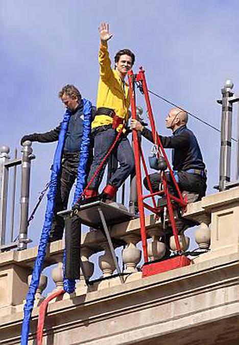 Carrey vilkutti kuvaajille hetki ennen hyppyä.
