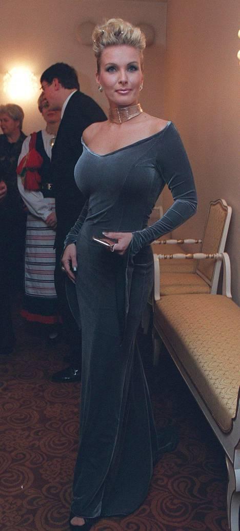 Tanja Karpelan choker-koru ja samettinen vartaloa nuoleva mekko vuodelta 1999 voitaisiin nähdä tänä päivänä helposti esimerkiksi Kardashian-klaanin siskosten päällä.