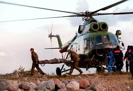 Estonian uhreja kuljetettiin helikopterilla Utölle.
