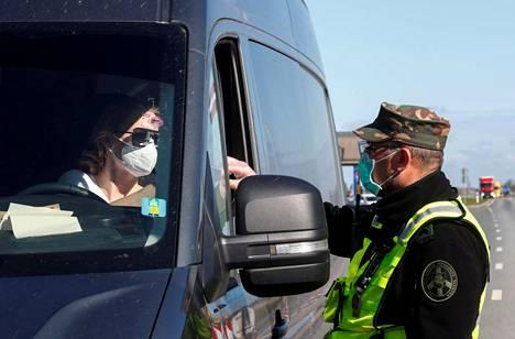 Liettualainen rajavartija tarkisti autoilijan paperit Salociain rajanylityspaikalla.