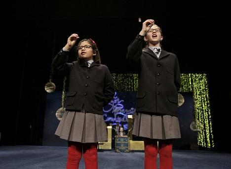 Perinteisesti koululapset esittävät suorassa tv-lähetyksessä laulamalla voittonumerot.