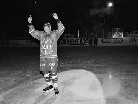Matti Hagman kiitti HIFK:n kannattajia jäähyväisottelussaan marraskuussa 1992.