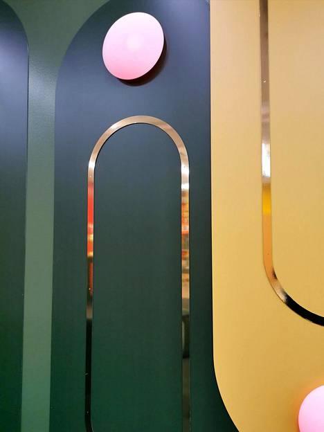 Big Brother -talossa on tummanvihreitä ja kullanvärisiä yksityiskohtia.