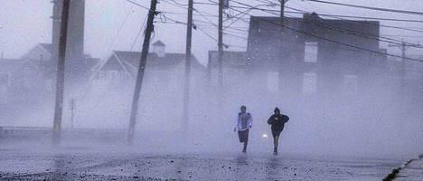 Kaksi poikaa juoksi tuulen ja sateen keskellä Massachusettsin osavaltiossa sijaitsevassa Marshfieldin kaupungissa.