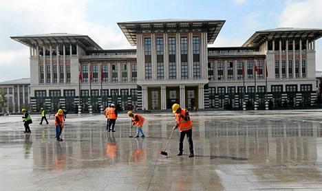Työntekijät siivosivat palatsin edustaa tiistaina.