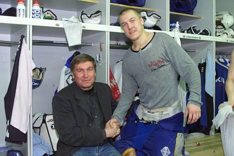 Matti ja Niklas Hagman juhlivat Kärppien nousua SM-liigaan keväällä 2000. Niklas pelasi tuolloin oululaisseurassa.