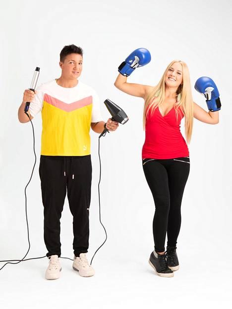Elina Gustafsson on ammatiltaan nyrkkeilijä ja Emmi Asikainen on töissä eko-kampaamossa. Roolien vaihto jännittää molempia: miten käy kampaajalle nyrkkeilytreeneissä? Entä nyrkkeilijälle kampaamossa?