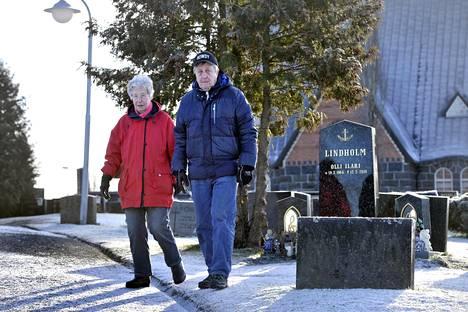 Raimo Jokisalo Eila-vaimonsa kanssa Pomarkun hautausmaalla.
