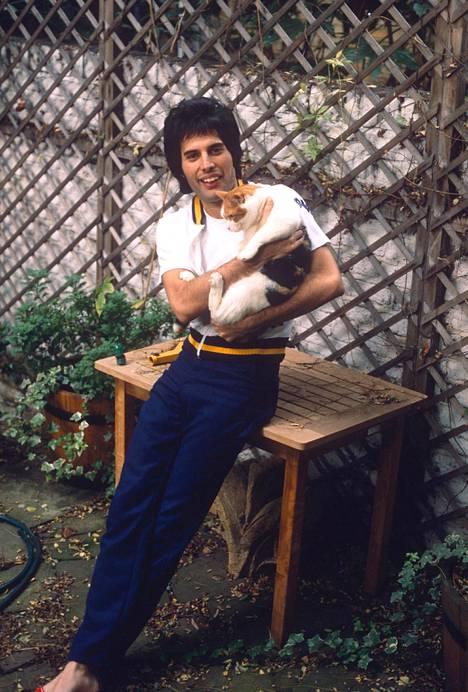 Freddie yhden kissoista kanssa vuonna 1980.