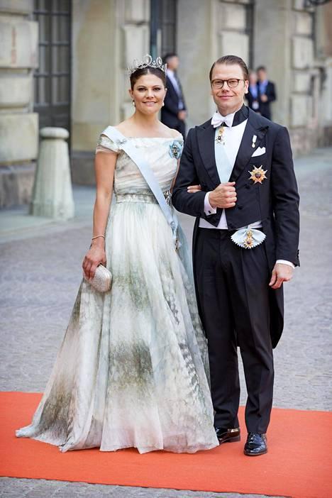 Veljensä Carl Philipin häissä Victoria pukeutui H&M:n juhlapukuun.