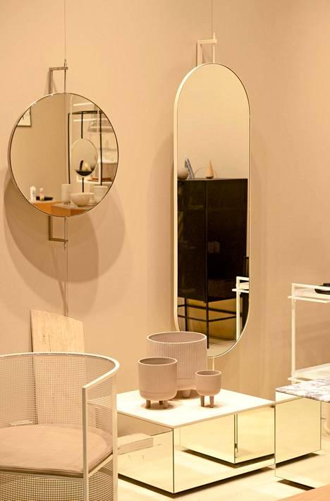 Kristina Dam -studion osastolla eri muotoiset peilit tekevät tilasta kiinnostavan.