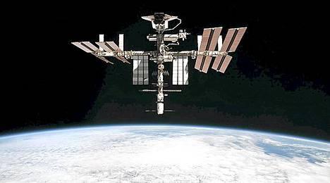 Avaruusasema ISS:n miehistö pelastautui avaruusromun alta.