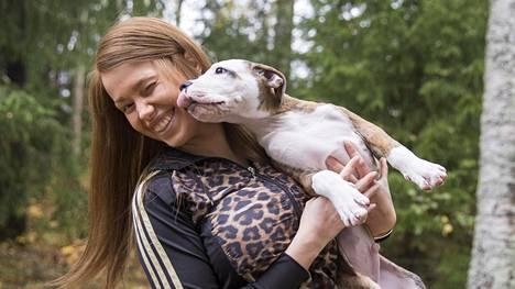 Koirat tuovat iloa syöpää sairastavan Janita Lukkarisen arkeen.