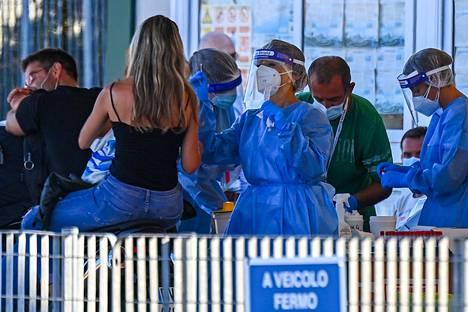 Sardiniasta lautalla mantereelle palaavia lomailijoita testattiin koronan varalta viime viikolla.