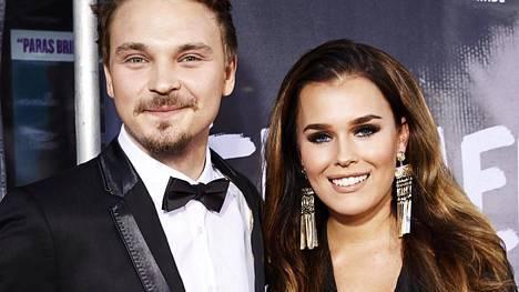 Roope Salminen saapui Apulanta-elokuvan ensi-iltaan rakkaansa Sara Siepin kanssa. Salminen esittää elokuvassa yhtyeen alkuperäisjäsentä Antti Lautalaa.