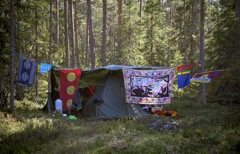Joku nukkuu autossa, joku taivasalla, mutta useimmat persoonallisissa teltoissa.