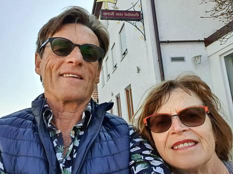 Eko ja Tuula Räsänen aikoivat nauttia Saksan maalaisseudun maisemista ennen Travemünden lauttaan nousemista, mutta huono hotellitarjonta ajoi heidät Hannoverin suuntaan.