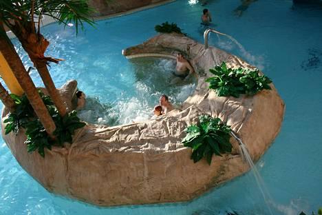 Turussa viihtyvät lapsiperheet. Helmi-maaliskuussa kylpylässä järjestetään myös uimista kynttilän valossa.