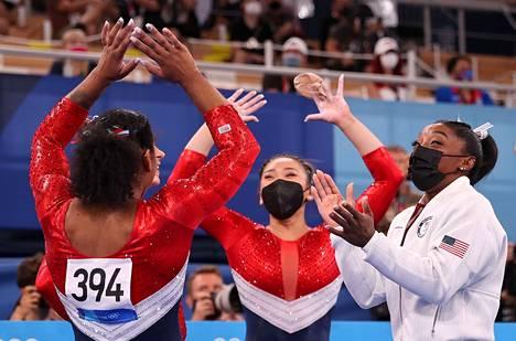 Simone Biles (oik.) jaksoi iloita joukkuetoveriensa onnistumisista oman vetäytymisensä jälkeen. USA sai joukkuekisasta lopulta hopeaa Venäjän olympiakomitean joukkueen voittaessa kultaa.