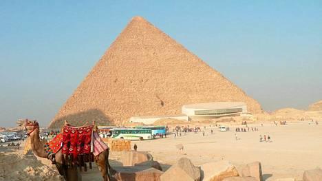 Uuden ilmastoidun Ladan ikkunasta voisi mukavasti katsastaa myös pyramidit.