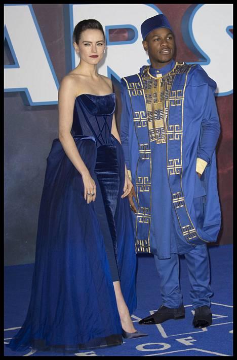 Daisy Ridleyn ja John Boyegan tyylinäyte punaiselta matolta.