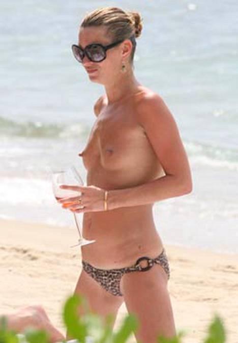 Supermalli Kate Moss ei pelkää käyskennellä ilman paitaa.