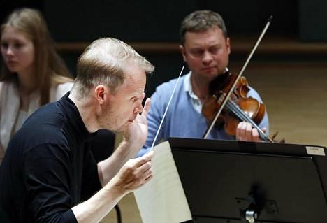 Kuusisto on työskennellyt lukuisten kotimaisten ja ulkomaisten orkesterien johtajana sekä oopperakapellimestarina.