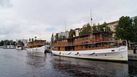 Vip Cruisen Kuopion risteilyt on alun perin ollut tarkoitus tehdä keskimmäisenä kuvassa olevalla s/s Savonlinnalla. Tiistaina alus kuitenkin vaihtui sen takana olevaan s/s saaristoon. Etualalla olevalla Paul Wahlilla yritys sai keväällä Vuoden kotimaan matkailuyritys 2021 -tunnustuksen.