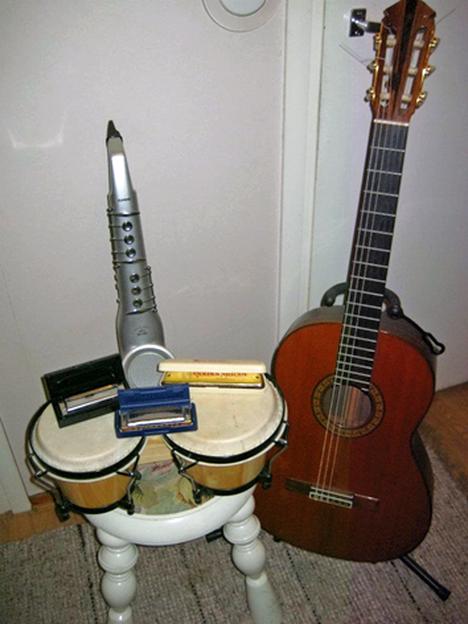 Mikko tykkää soittaa. Kotoa löytyy välineitä bongorummuista kitaraan, osa lahjoja ja osa halpoja löytöjä. Rantakitara ja blueshuuliharppu ovat Lidlistä. Huuliharppuun löytyi kirjastosta soitto-opas, kitaransoittoa Mikko taas on aikoinaan opiskellutkin.