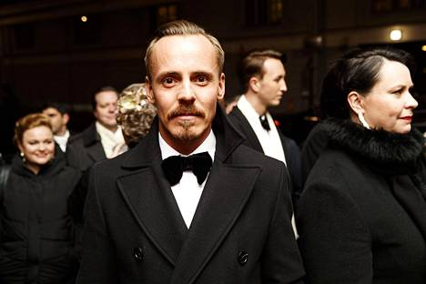 Jasper Pääkkönen jonottamassa Presidentinlinnaan.