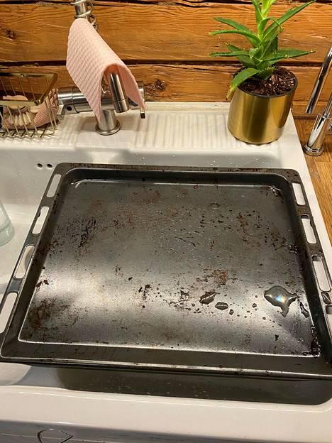 Tähän likaiseen uunipeltiin eivät sitruunahappo, sooda, etikka tai karhunkieli auttaneet.