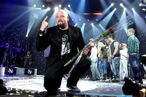 Martti Saarinen kukitettiin Idols-voittajaksi 2011.