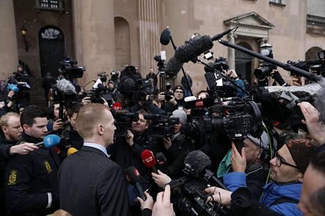 Peter Madsenin oikeudenkäynti keräsi Kööpenhaminaan runsaan joukon myös kansainvälistä mediaa keväällä 2018. Kuvassa toimittajat piirittävät syyttäjä Jakob Buch-Jepseniä oikeustalon edustalla.