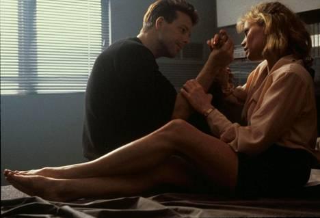 Mickey Rourken näyttelemä hahmo sitoo Kim Basingerin esittämän naisen hurjemmiksi käyviin seksikokeiluihin.