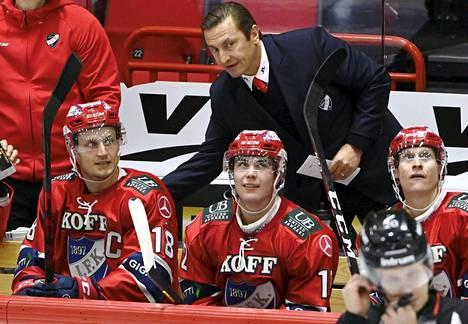 """""""Tunnetta oli paljon, jopa vähän ylikin, mutta parempi niin päin"""", kommentoi HIFK:n päävalmentaja Ville Peltonen kotiyleisön edessä pelaamista."""