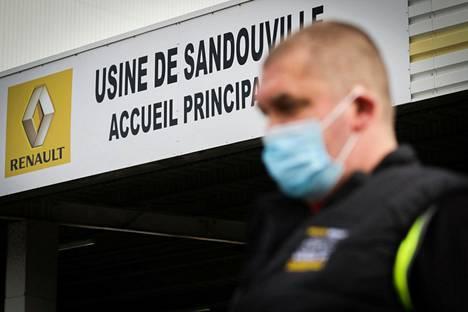 Renault'n työntekijä Le Havressa sijaitsevassa tehtaassa saattaa olla yksi koronaviruksen uhreista, jotka saavat etsiä uusia töitä. Renault oli vaikeuksissa jo ennen koronakriisiä. Europe 1:n mukaan viime vuosi oli yhtiölle ensimmäinen tappiollinen vuosikymmeneen.