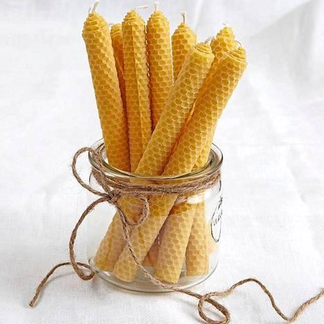 Kaurilan saunan Beeswax candles -kynttilät ovat 25 senttiä korkeat ja kauniin keltaiset.  Ovh. 13,90 euroa.