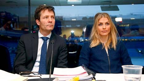 Therese Johaug lakimiehensä Christian B. Hjortin kanssa. Kuva keskiviikolta.