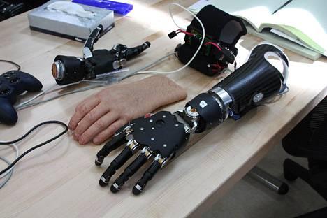 Lääketieteen tulevaisuutta ovat keinotekoiset raajat, jotka toimivat aivoimpulssien ohjaamina ja joissa on kehittynyt hienomotoriikka ja tuntoaisti.