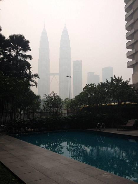 Kuala Lumpurissa asuvan Saana Liikasen ottamassa kuvassa näkyy, kuinka kuuluisat Petronas Towers -pilvenpiirtäjät hädintuskin erottuvat savun keskeltä.