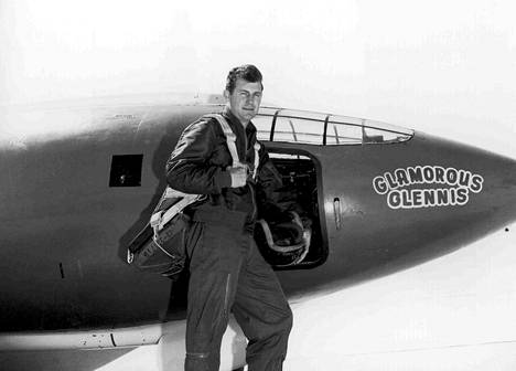 Chuck Yeager Glamorous Glennis -lentokoneensa vierellä vuonna 1947.
