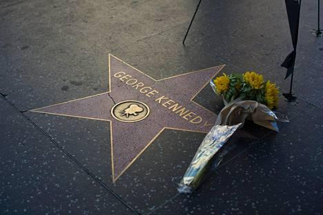 George Kennedyn muistoa kunnioitetaan Walk of Fame -tähdelle jätetyillä kukilla.