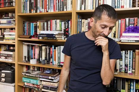 Kirjailija Jeremy Dunsin työhuoneesta löytyy valtava määrä kirjoja. Mukana on luonnollisesti vino pino Ian Flemingin teoksia.