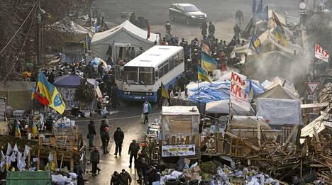 Protestoijien leiri Kiovassa Itsenäisyysaukiolla. Myös perjantaista on tulossa kaupungissa päivä, jolloin verenvuodatukselta ei vältytä.