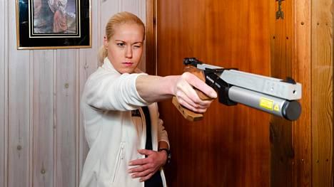 Laura Salminen harjoittelee ammuntaa kotonaan.