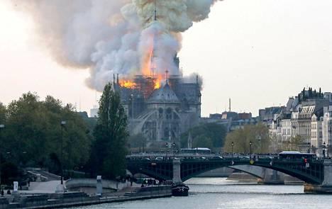 Notre Damessa on tehty kunnostustöitä, ja katolla on rakennustelineitä.
