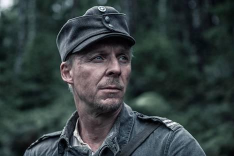 Antero Rokka (Eero Aho) kyseenalaistaa sodan ylväyden.